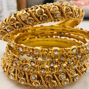 Jewelry - 6 gold bangles